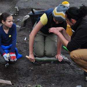 <div class='photo-title'>Archaeologist Sam explains something to Maddison</div><div class='photo-desc'></div>