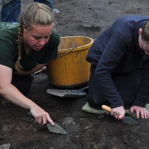 <div class='photo-title'>James digging with archaeologist Kelly</div><div class='photo-desc'></div>