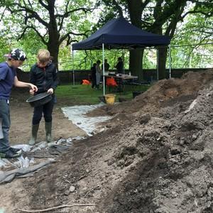 <div class='photo-title'>Sieving the spoil</div><div class='photo-desc'>'We Dig the Castle' excavation at Nottingham Castle</div>